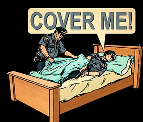funny-pics-cover-me-cops-in-bed